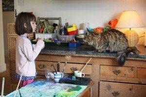 Conoce el arte de esta niña autista y su singular ayudante