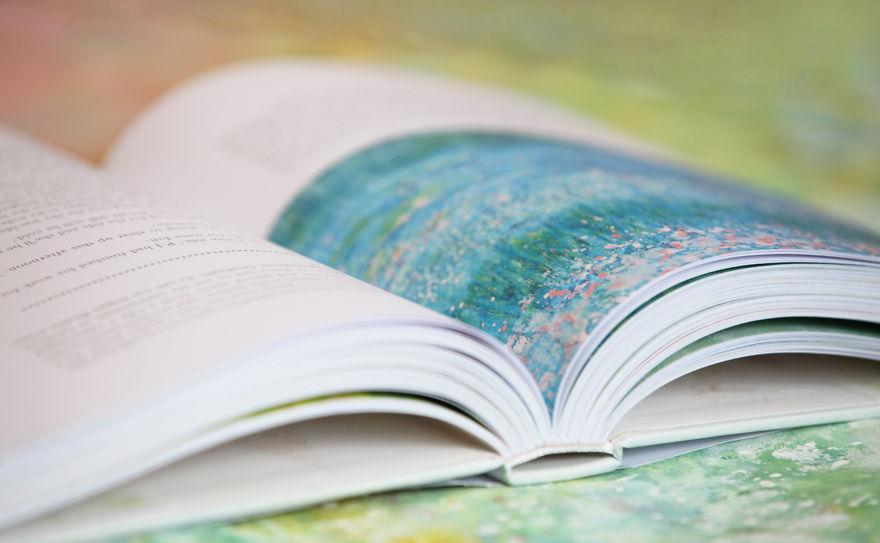 Conoce el arte de esta niña autista y su singular ayudante libro
