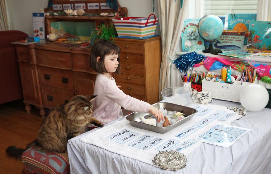 Conoce el arte de esta niña autista y su singular ayudante jugando