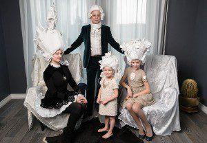 El regreso de las pelucas barrocas, pero de papel