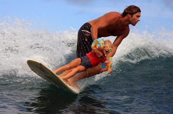 Estos divertidos padres harían cualquier cosa por sus hijos enseñarle a surfear