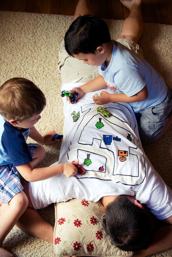 Estos divertidos padres harían cualquier cosa por sus hijos hacer de pista de carros