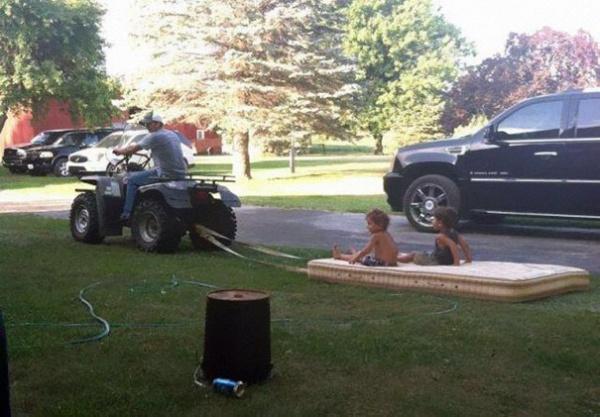 Estos divertidos padres harían cualquier cosa por sus hijos carro