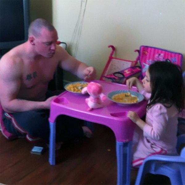 Estos divertidos padres harían cualquier cosa por sus hijos jugar al té