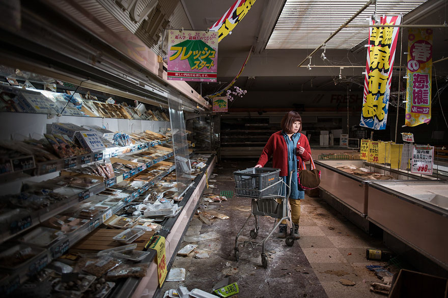 Conmovedoras imágenes de antiguos residentes de Fukushima regresando a lo que fue su hogar 01
