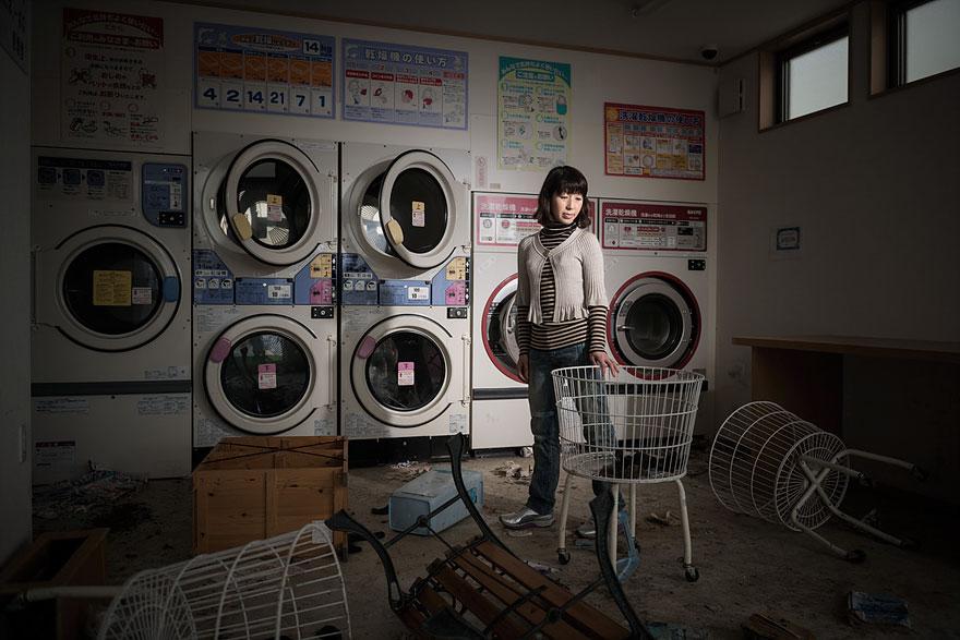 Conmovedoras imágenes de antiguos residentes de Fukushima regresando a lo que fue su hogar 02