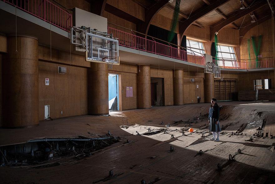 Conmovedoras imágenes de antiguos residentes de Fukushima regresando a lo que fue su hogar 03