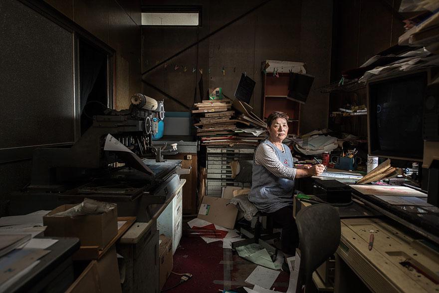 Conmovedoras imágenes de antiguos residentes de Fukushima regresando a lo que fue su hogar 04