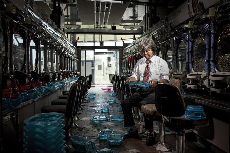 Conmovedoras imágenes de antiguos residentes de Fukushima regresando a lo que fue su hogar 06