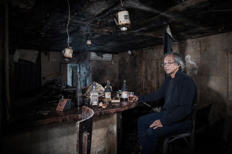Conmovedoras imágenes de antiguos residentes de Fukushima regresando a lo que fue su hogar 07