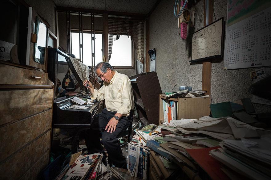 Conmovedoras imágenes de antiguos residentes de Fukushima regresando a lo que fue su hogar 08