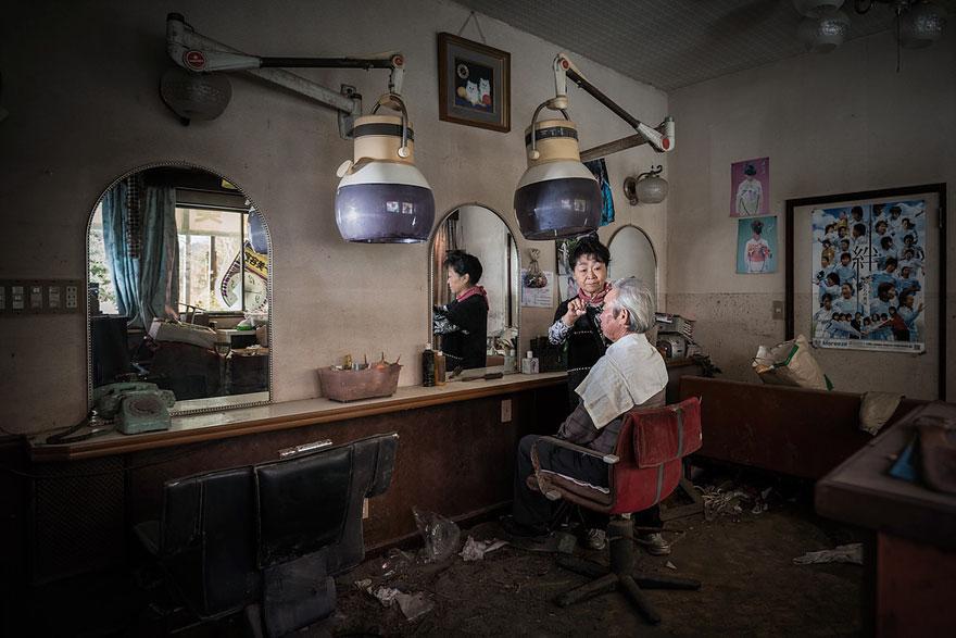 Conmovedoras imágenes de antiguos residentes de Fukushima regresando a lo que fue su hogar 09