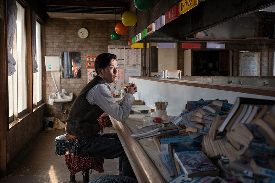 Conmovedoras imágenes de antiguos residentes de Fukushima regresando a lo que fue su hogar 11