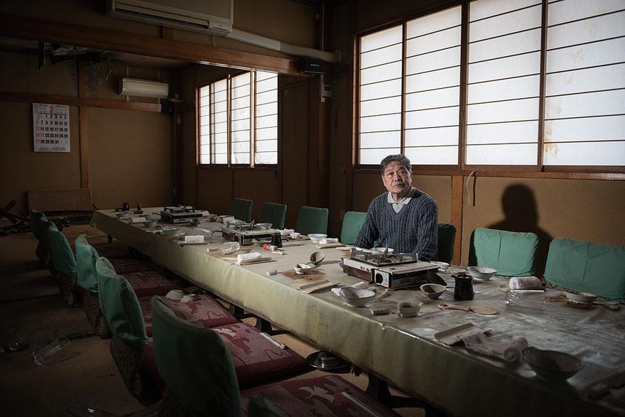 Conmovedoras imágenes de antiguos residentes de Fukushima regresando a lo que fue su hogar 15