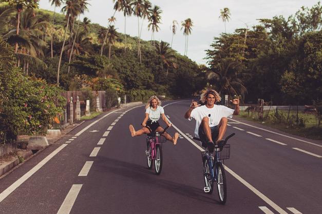 Conoce a esta popular pareja que demuestra su amor pasando las fronteras bicicleta