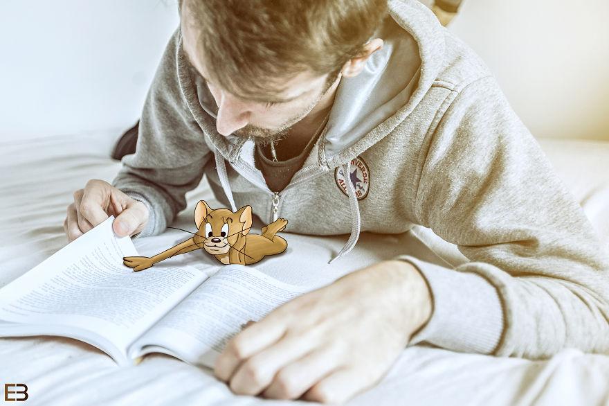 Este hombre vive con Jerry y Nibles las más increíbles aventuras leyendo