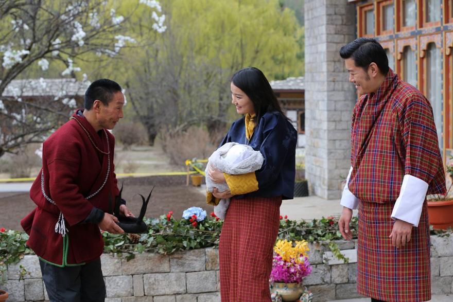 La llegada del nuevo príncipe de Bután es celebrada con 108,000 árboles plantados 03