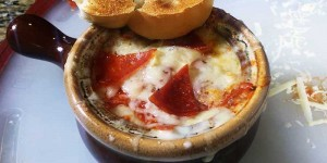Si estás con problemas para masticar, esta sopa de pizza es lo ideal