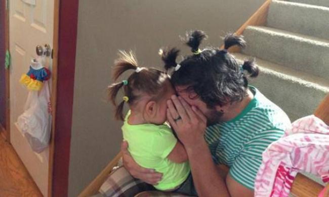 Estos divertidos padres harían cualquier cosa por sus hijos peinado