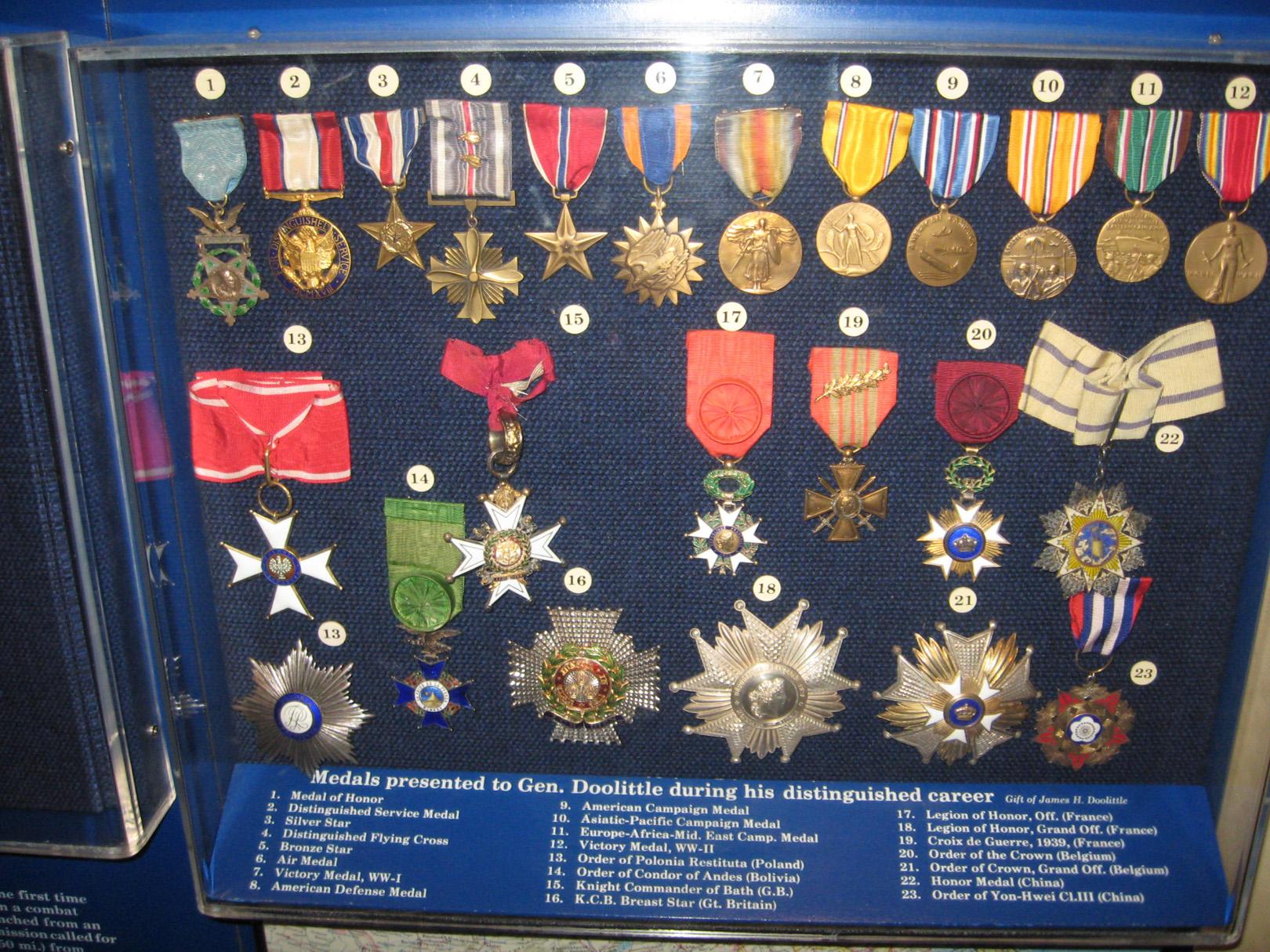 7 artículos más costosos de El Precio de la Historia medallas
