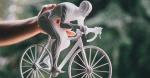 Esculturas de atletas hechas con capas de papel