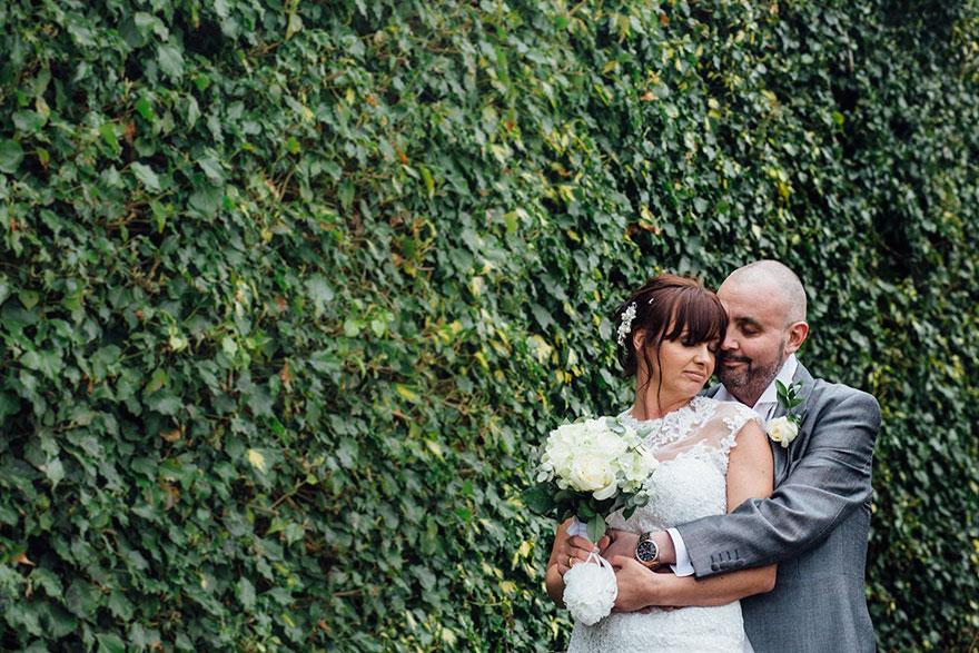Esta novia decidió raparse la cabeza durante su boda para apoyar a su novio con cáncer terminal 01