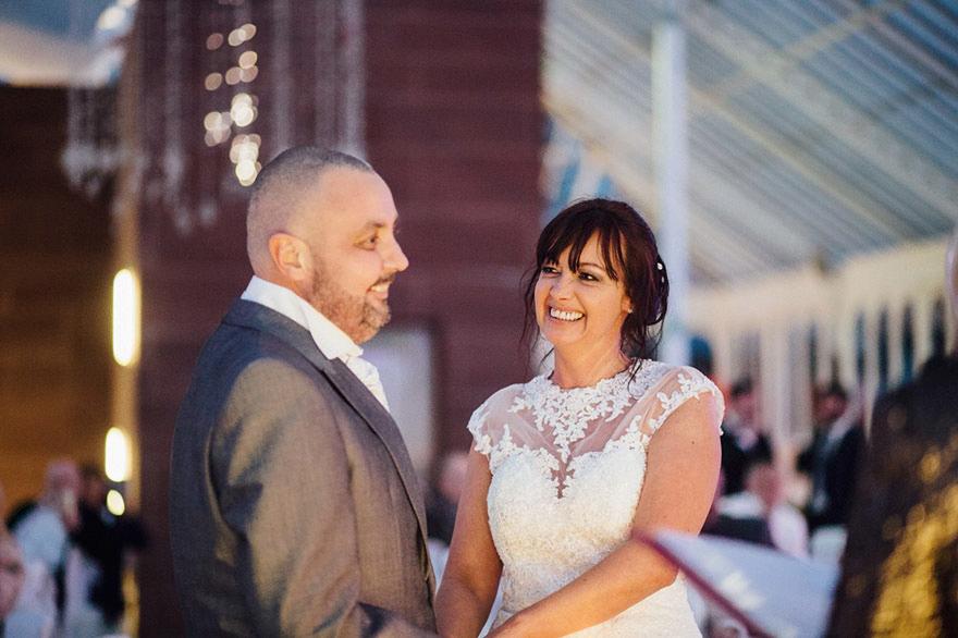 Esta novia decidió raparse la cabeza durante su boda para apoyar a su novio con cáncer terminal 02
