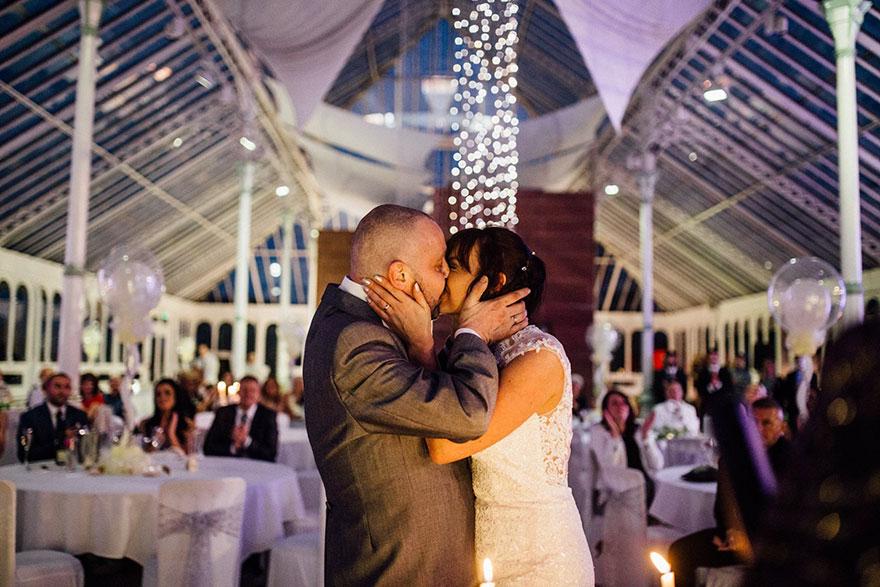 Esta novia decidió raparse la cabeza durante su boda para apoyar a su novio con cáncer terminal 03
