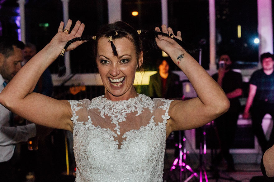 Esta novia decidió raparse la cabeza durante su boda para apoyar a su novio con cáncer terminal 04