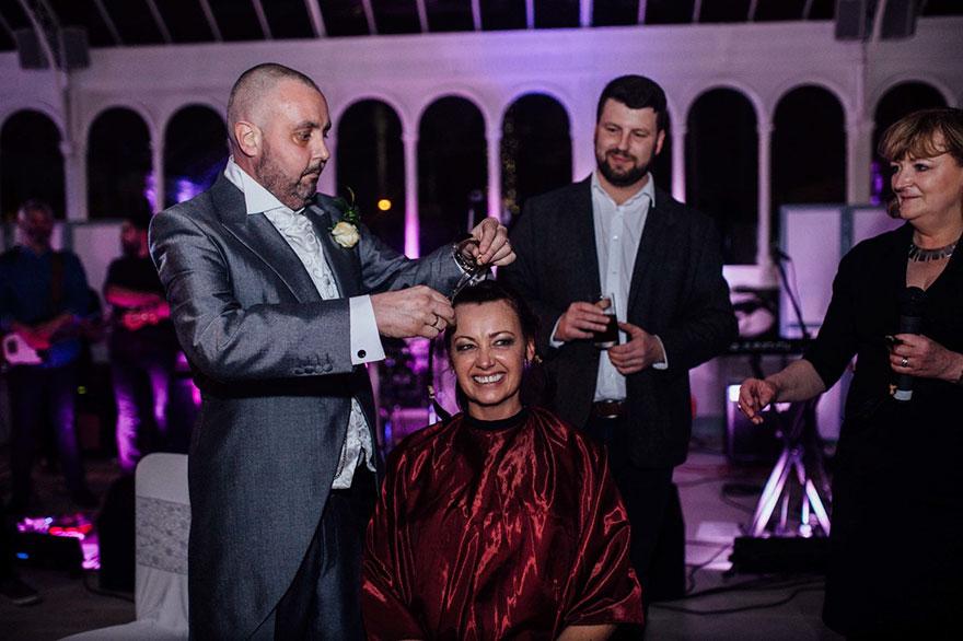 Esta novia decidió raparse la cabeza durante su boda para apoyar a su novio con cáncer terminal 05