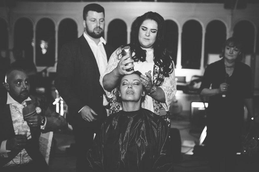 Esta novia decidió raparse la cabeza durante su boda para apoyar a su novio con cáncer terminal 06