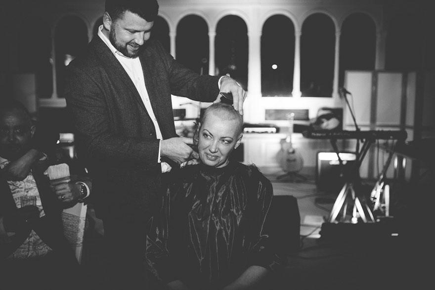 Esta novia decidió raparse la cabeza durante su boda para apoyar a su novio con cáncer terminal 07