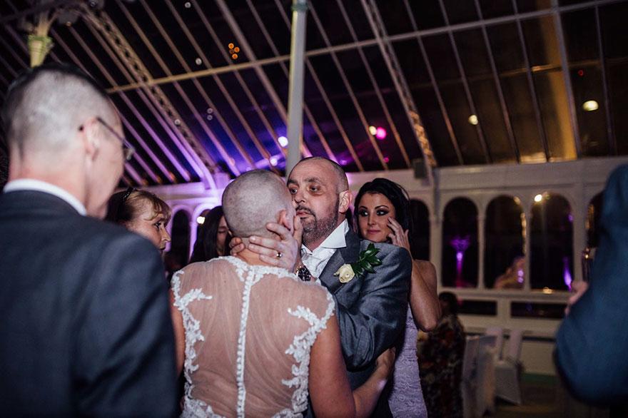 Esta novia decidió raparse la cabeza durante su boda para apoyar a su novio con cáncer terminal 08