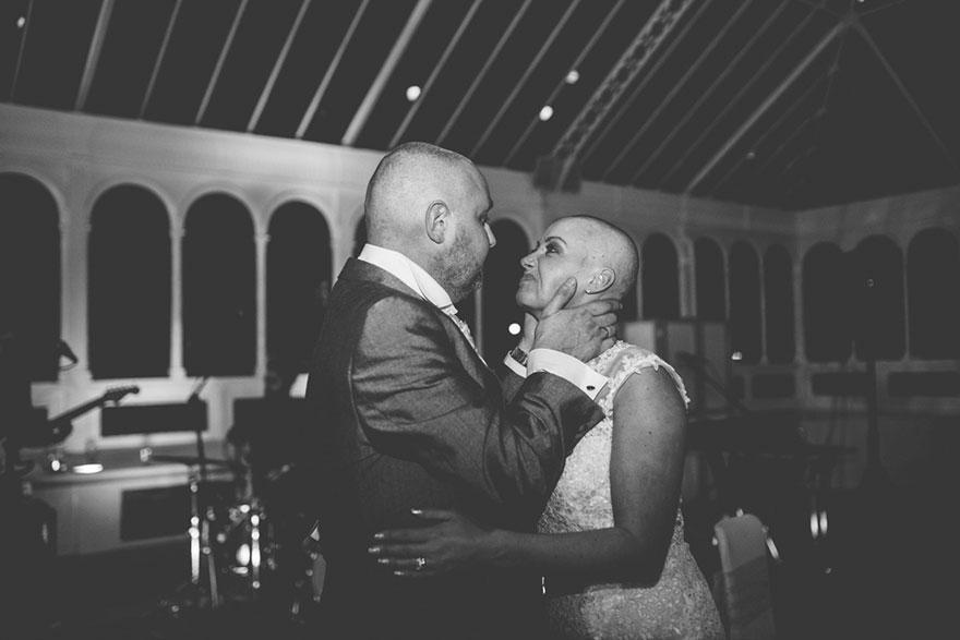 Esta novia decidió raparse la cabeza durante su boda para apoyar a su novio con cáncer terminal 09