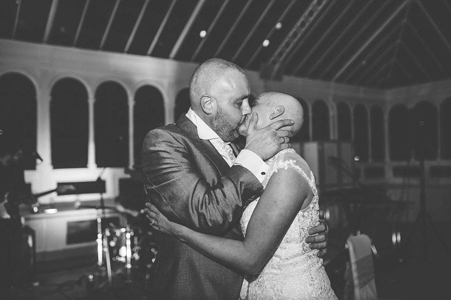 Esta novia decidió raparse la cabeza durante su boda para apoyar a su novio con cáncer terminal 10