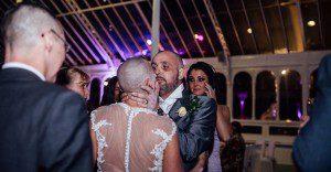 Esta novia decidió raparse la cabeza durante su boda para apoyar a su novio con cáncer terminal
