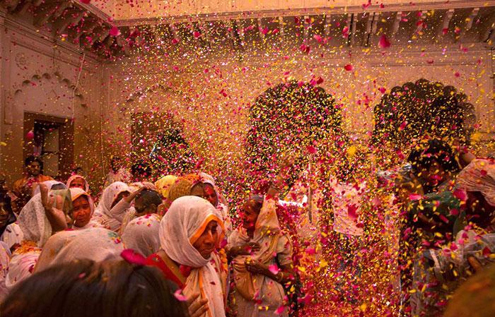 Grupo de viudas rompe con la tradición y Participa en el Colorido Festival de Holi 02