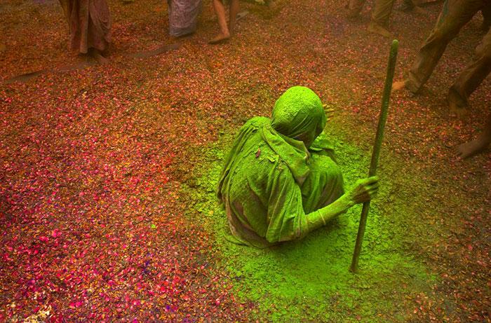 Grupo de viudas rompe con la tradición y Participa en el Colorido Festival de Holi 03