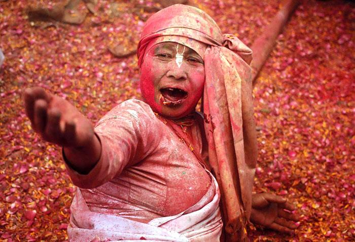 Grupo de viudas rompe con la tradición y Participa en el Colorido Festival de Holi 04