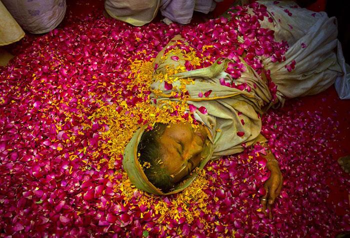 Grupo de viudas rompe con la tradición y Participa en el Colorido Festival de Holi 06