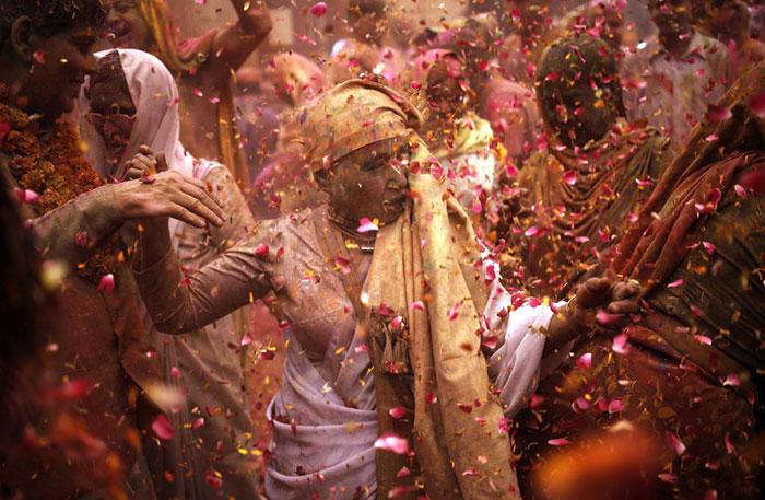 Grupo de viudas rompe con la tradición y Participa en el Colorido Festival de Holi 07