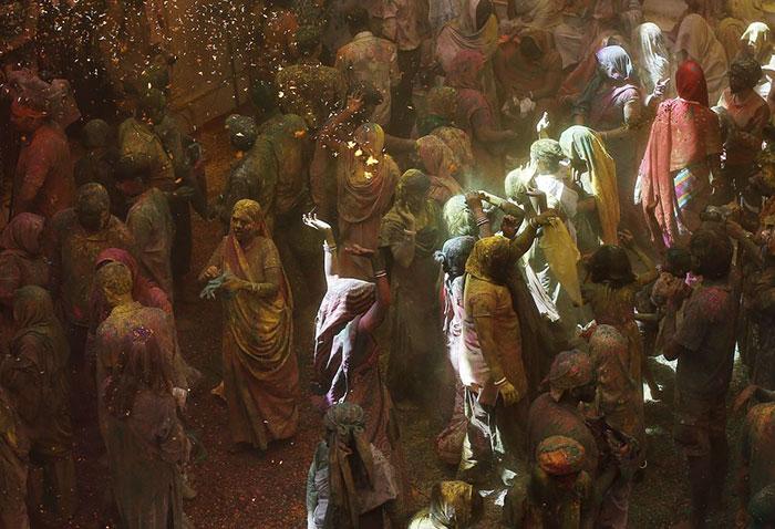 Grupo de viudas rompe con la tradición y Participa en el Colorido Festival de Holi 09