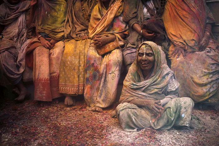 Grupo de viudas rompe con la tradición y Participa en el Colorido Festival de Holi 11