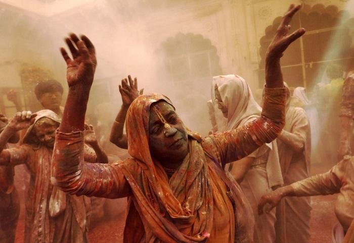 Grupo de viudas rompe con la tradición y Participa en el Colorido Festival de Holi 20