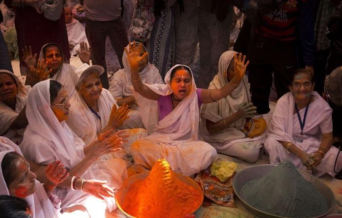 Grupo de viudas rompe con la tradición y Participa en el Colorido Festival de Holi 21