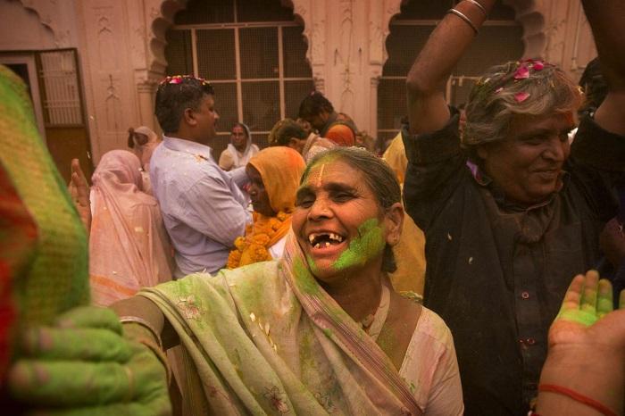 Grupo de viudas rompe con la tradición y Participa en el Colorido Festival de Holi 22