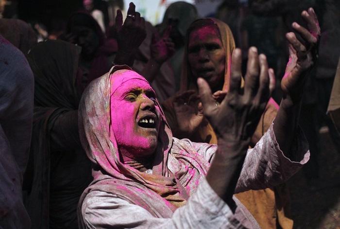 Grupo de viudas rompe con la tradición y Participa en el Colorido Festival de Holi 25