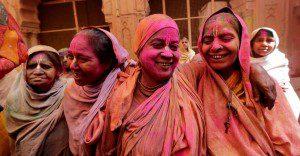 Grupo de viudas rompe con la tradición y participa en el colorido Festival de Holi