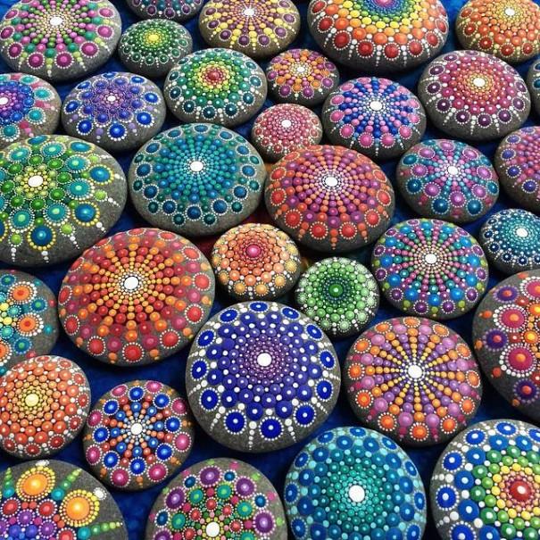 Hipnotizantes y coloridas mandalas hechas en rocas 1