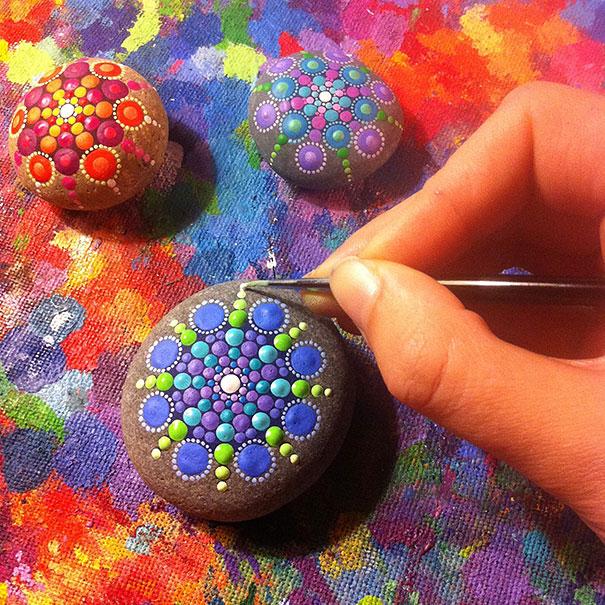 Hipnotizantes y coloridas mandalas hechas en rocas 2